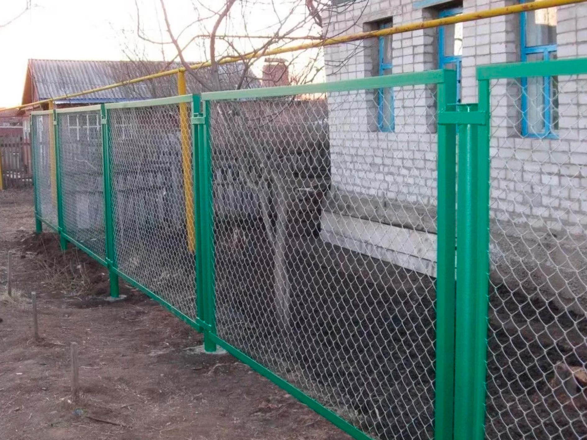 Металлический забор из сетки рабицы