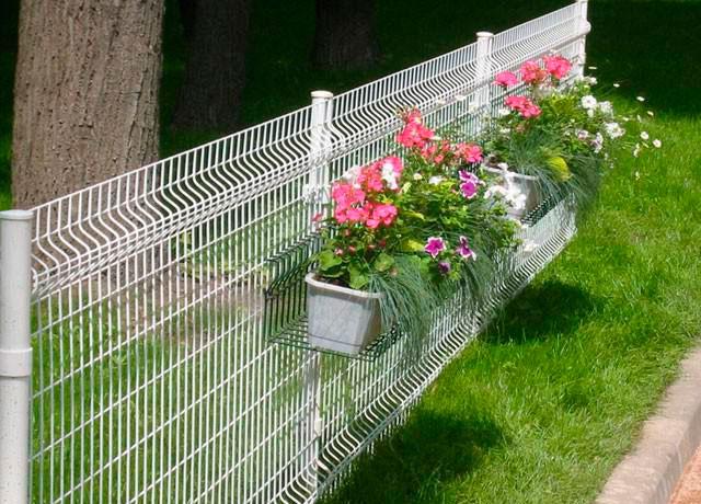 Металлический забор для клумбы из 3д сетки